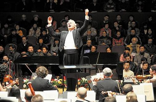 伦敦爱乐乐团是伦敦和世界最知名最受人敬佩的乐团之一。尽管它的兴趣极大地集中在最受欢迎的浪漫与后浪漫时期作曲家身上,但它的曲目却包括了从巴洛克到当代的整个时期,也包括了一些浪漫时期大师鲜为人知的作品。 在一年的演季中,乐团在伦敦的音乐会有两个主要系列。首先是皇家节日大厅举办的国际系列,该系列受到了艺术会议和大伦敦议会的很大部分赞助,时间安排在9月到次年5月,共要举办29场音乐会,每场音乐会各有其节目。其次是较短小、票价也较低廉的皇家节日大厅系列轻松愉快的经典作品。该系列共举办10场音乐会(5套节目,每套演