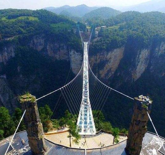 栈道是由钢化玻璃凌空高架在悬崖峭壁上形成旅游观光悬空透明玻璃栈道