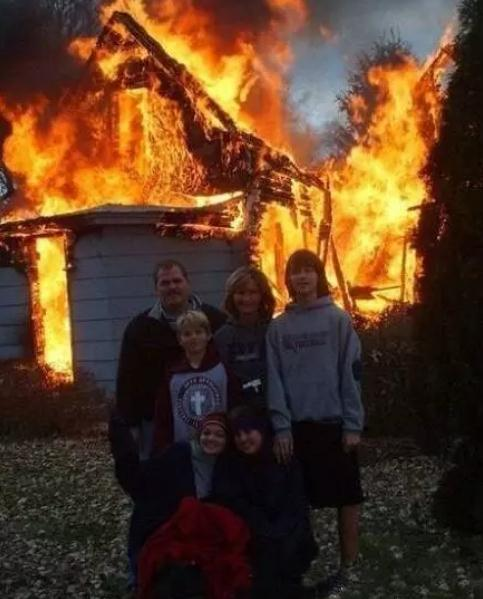 外國版的圖片說明是:房子著火了,一家人見救火無望,干脆來張合影.